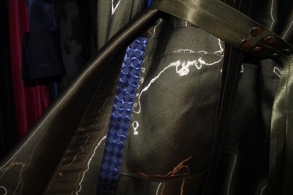 Дизайнерская одежда в Праге. Чешский бренд Pavel Berky, коллекция осень-зима 2019 г. Деталь пальто премиум-класса. Фото©gocityluxe.com, 2019