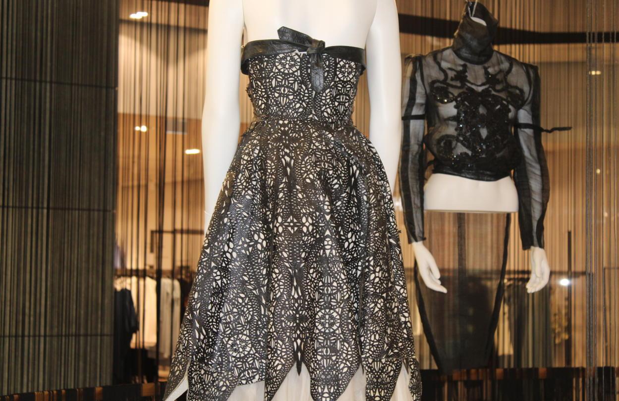 Женская одежда от Александра Маккуина. Коллекция Дафны Гиннесс.