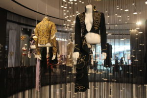 Женская одежда от Александра Маккуина на выставке в Праге